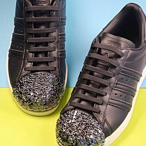 чёрные шнурки на кроссовках для web2