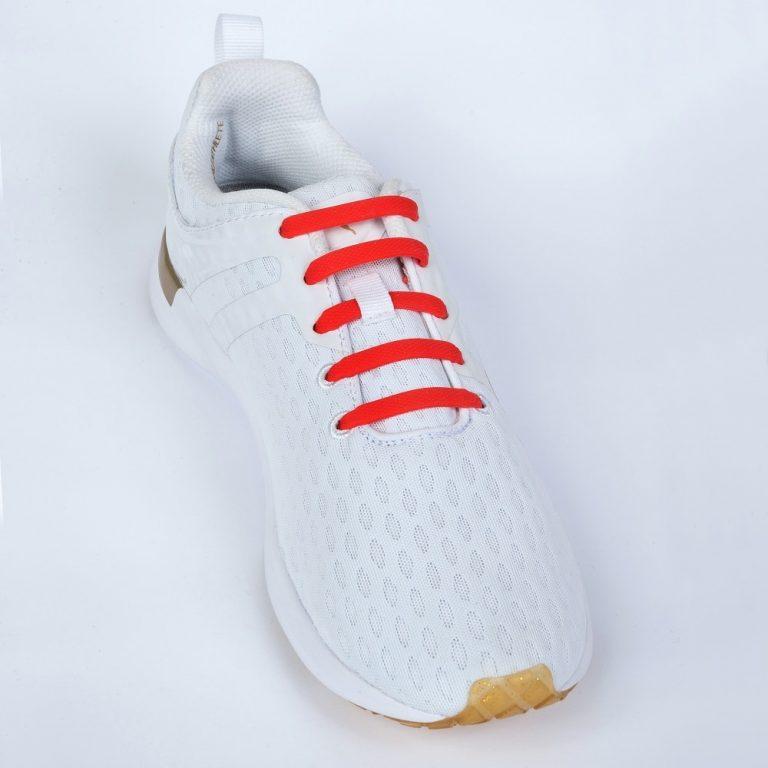 красные шнурки на кроссовках для web