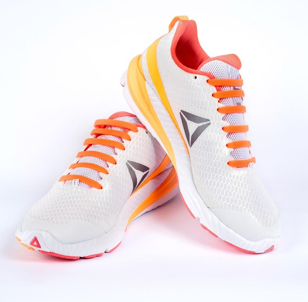 оранжевые шнурки на кроссовках
