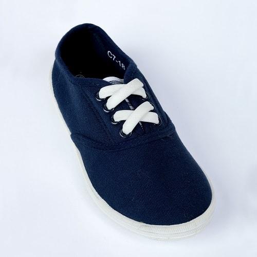 Белые шнурки на детской обуви для web