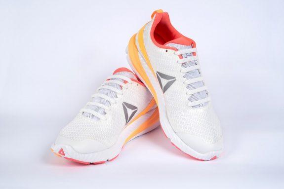 Белые шнурки на кроссовках для web