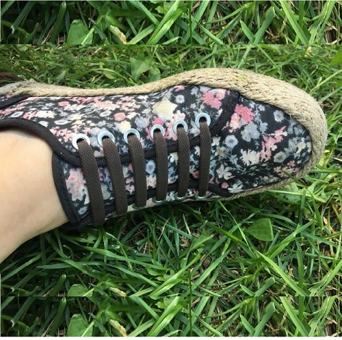 Коричневые шнурки на кроссовках для web