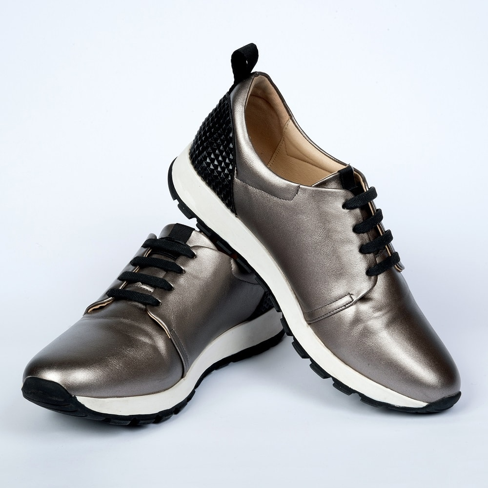 чёрные шнурки на кроссовках