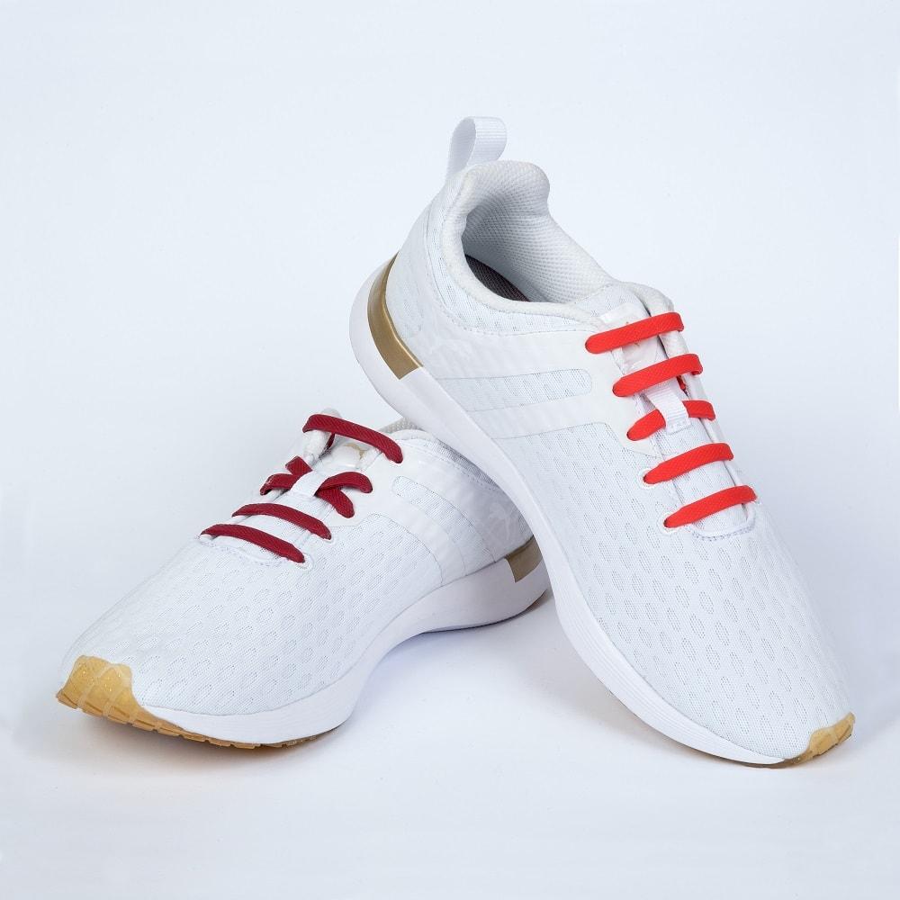 красные шнурки на кроссовках
