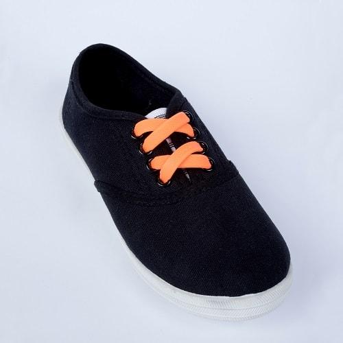 оранжевые шнурки на детской обуви для web