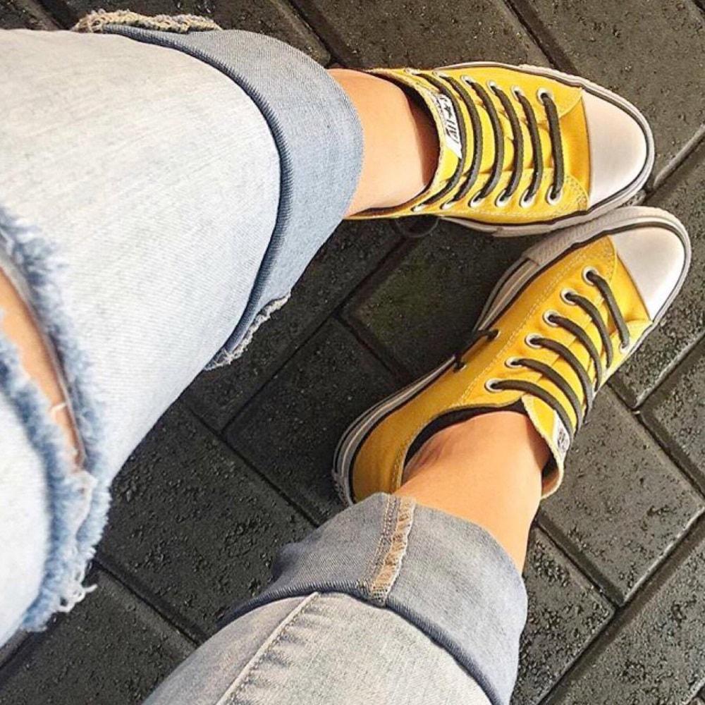 серые шнурки на кедах