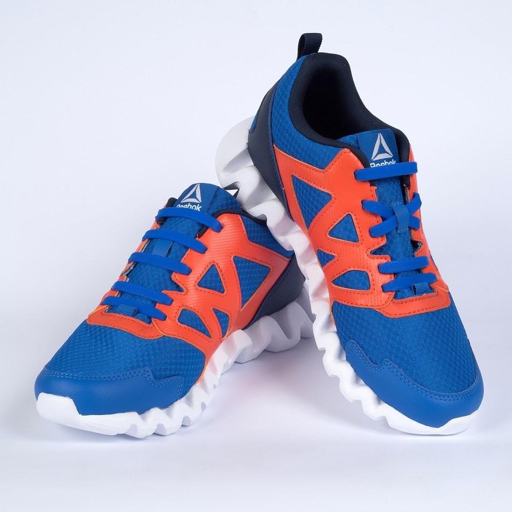 синие шнурки на кроссовках