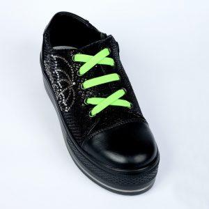зелёные шнурки на кроссовках