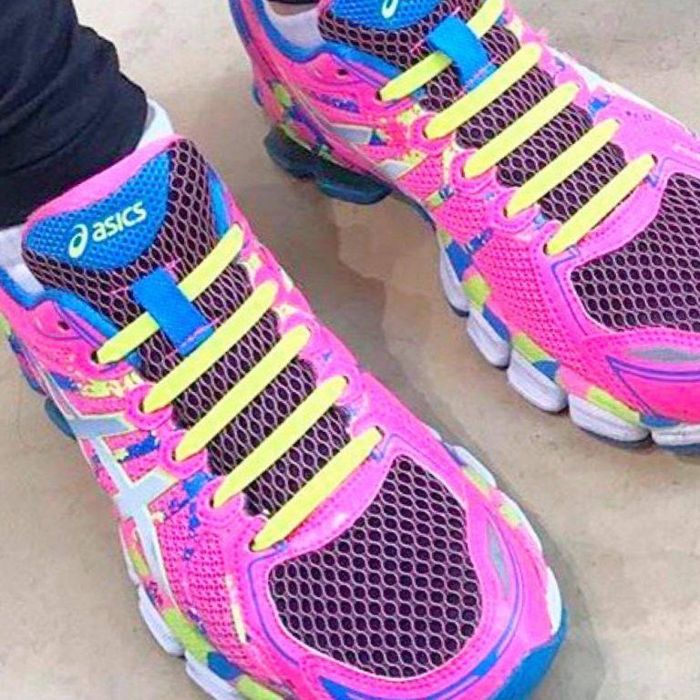 жёлтые шнурки на кроссовках для web
