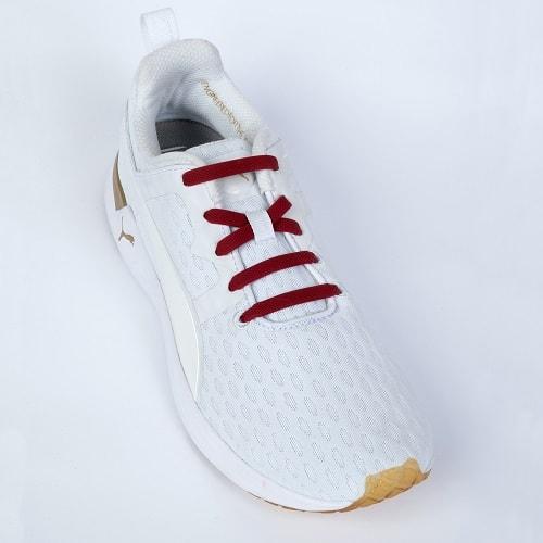 Бордовые шнурки на кроссовках для web
