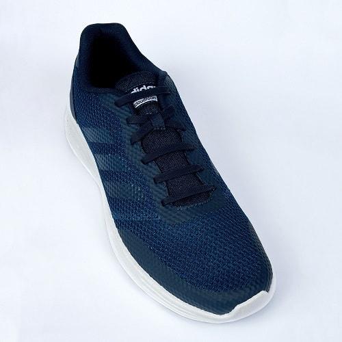 тёмно-синие шнурки на кроссовках